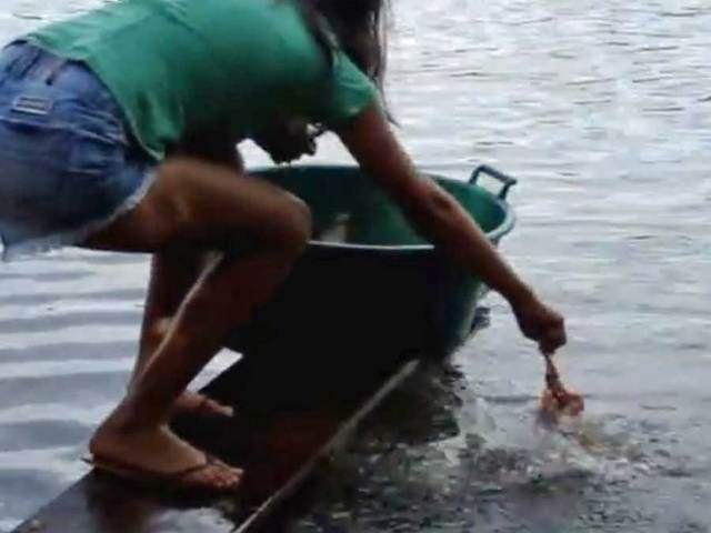 Who needs a net? How some Brazilians catch hungry piranha along the Amazon River (VIDEO)