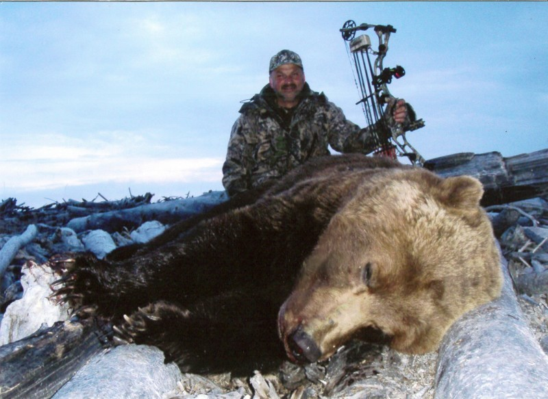 outdoorhub-alaska-bowhunter-takes-possible-world-record-grizzly-2014-11-11_21-28-28-800x583