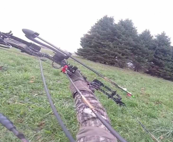 outdoorhub-video-bowhunter-makes-amazing-shot-on-deer-from-the-ground-2014-12-11_22-02-28-731x600